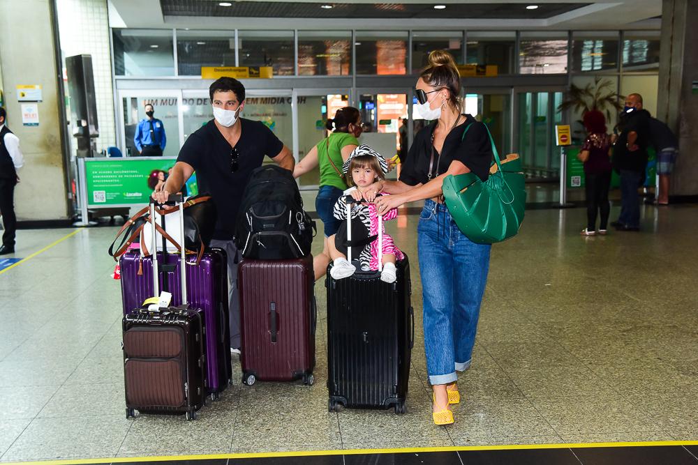 Sabrina Sato desembarca cheia de estilo com a família em São Paulo