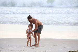Fofura! José Loreto se diverte com afilha em praia; confira!
