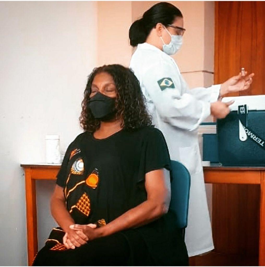 Zezé Motta e Solange Couto recebem a primeira dose da vacina Coronavac