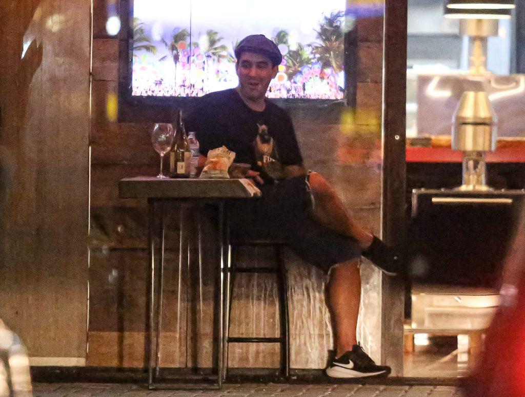 André Marques bebe e fuma na noite carioca