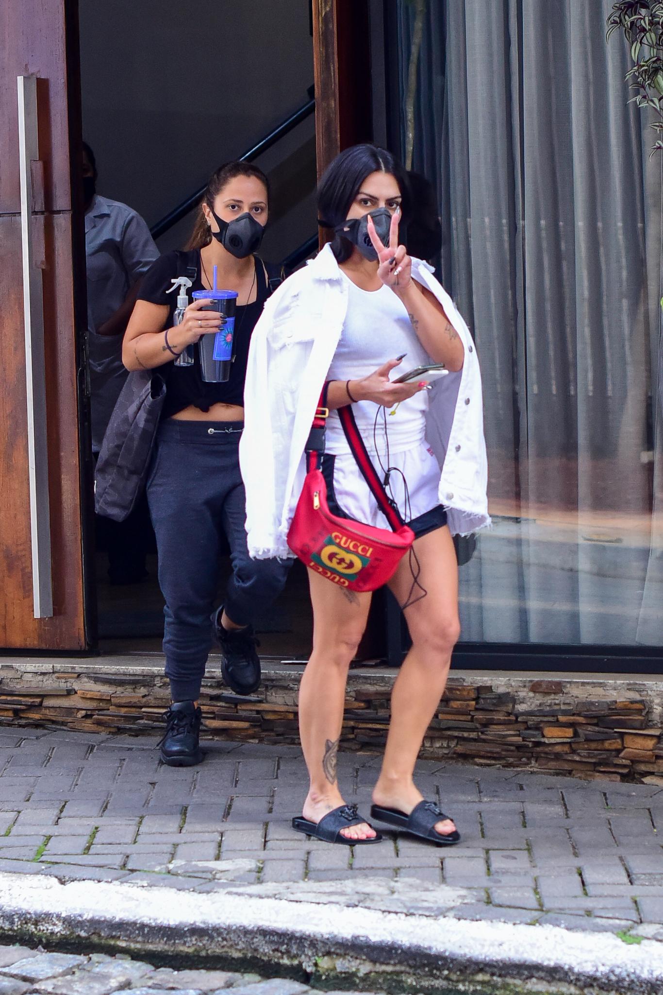 Cleo aparece com pochete de R$ 4.000 nas ruas de SP
