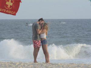 Ex BBB Daniel troca beijos com affair em praia