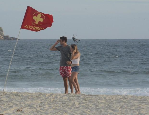 Ex BBB Daniel Lenhardt troca beijos com affair em praia