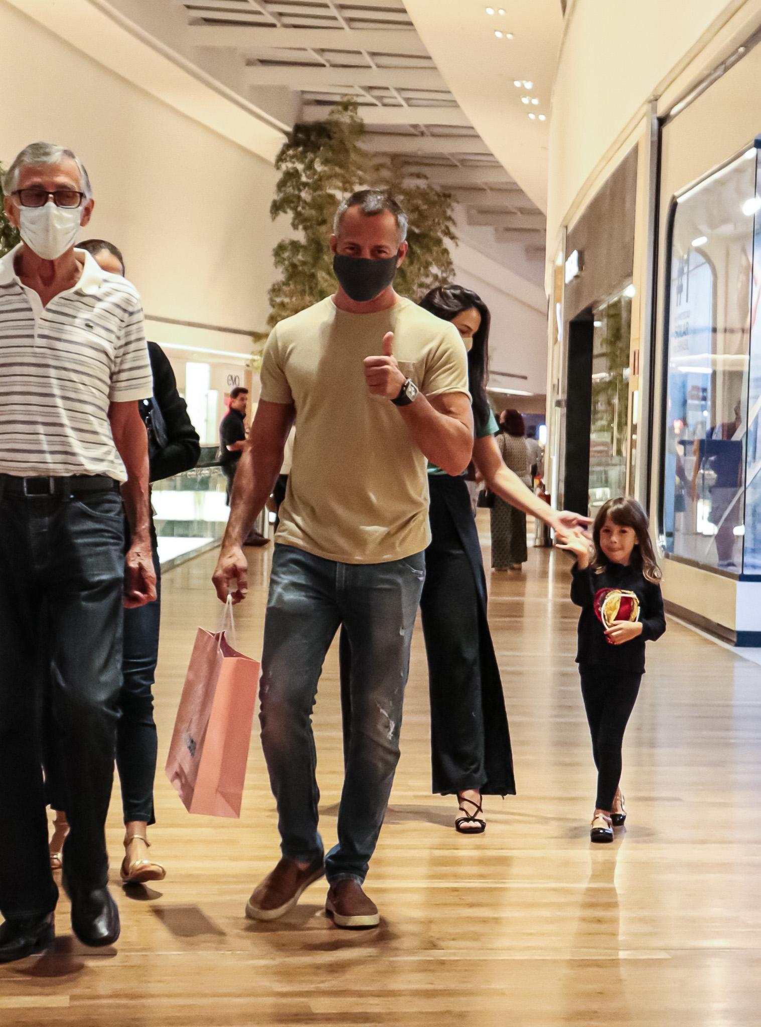 Filha de Malvino Salvador e Kyra Gracie acena para paparazzo em shopping