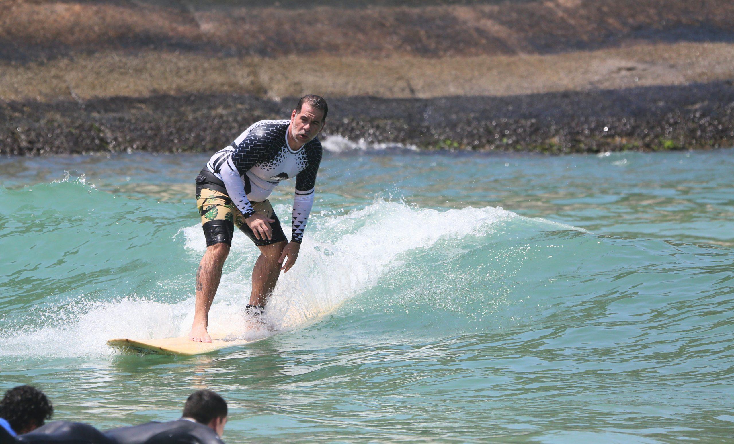Aos 47 anos, Leandro Hassum aprende a surfar em praia carioca