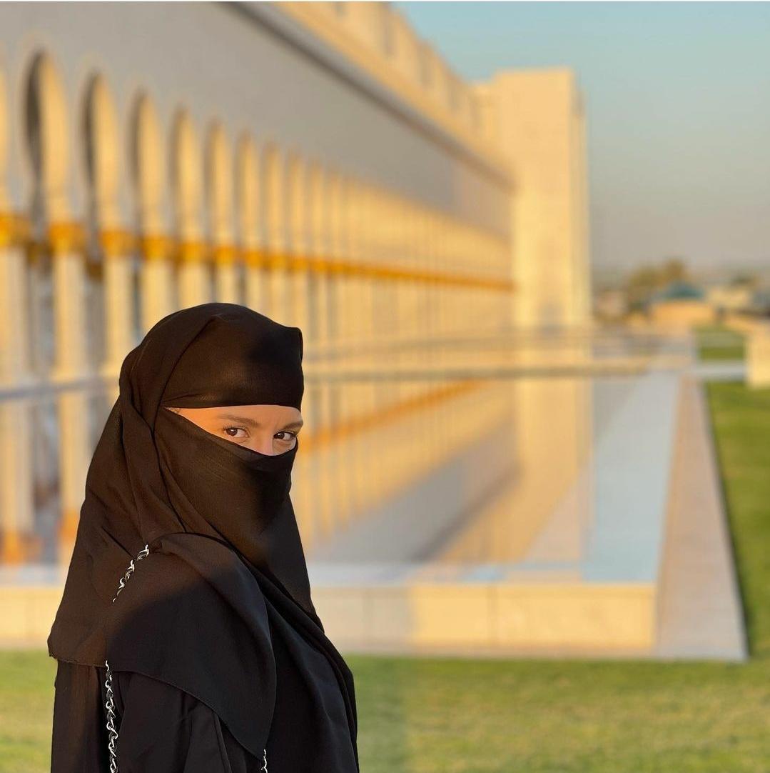 Maiara faz tatuagem durante viagem a Dubai