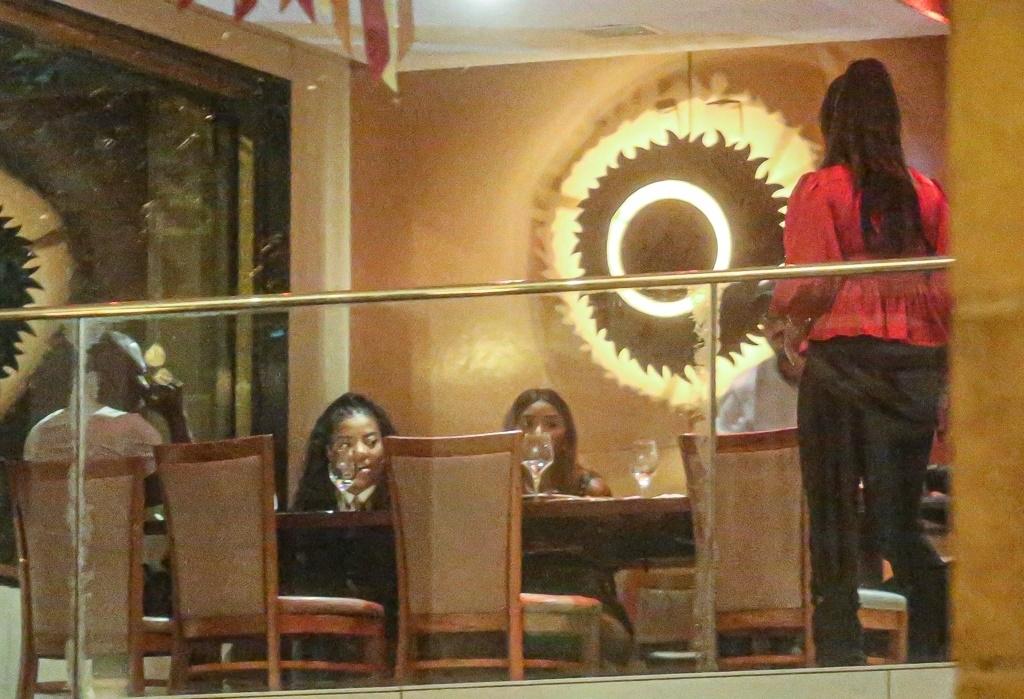 Paparazzo flagra Ludmilla em restaurante no Rio