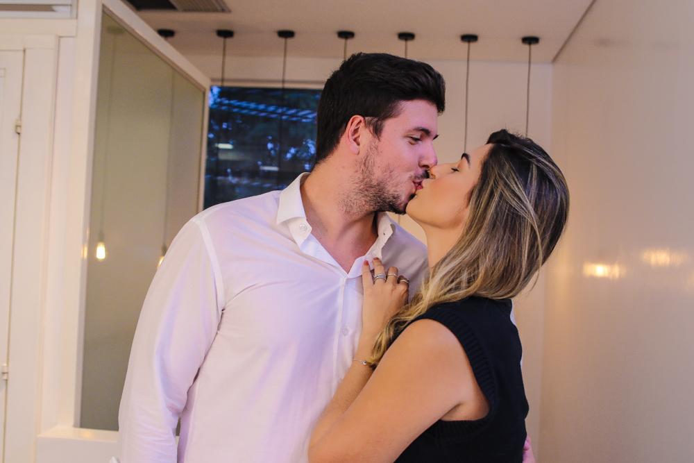 Vivian Amorim troca beijos com o namorado