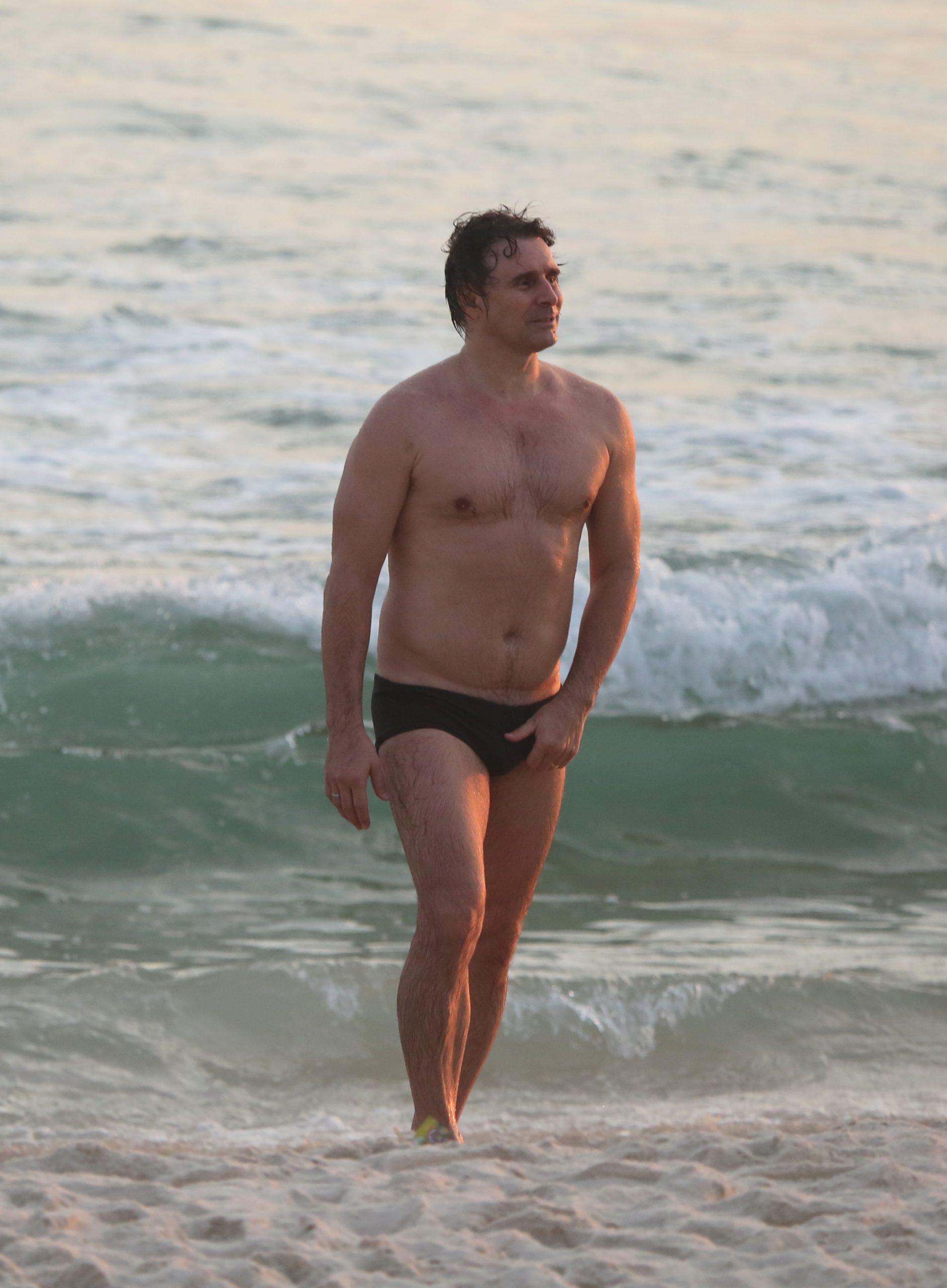 Murilo Rosa chama atenção em tarde de praia na Barra