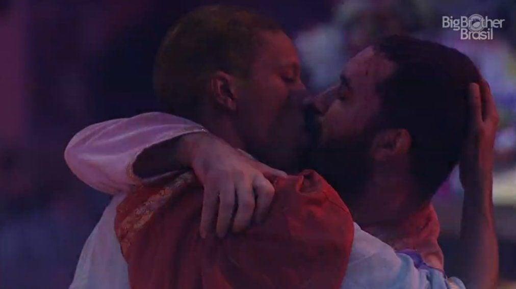 Lucas e Gilberto dão um beijão durante festa no BBB 21