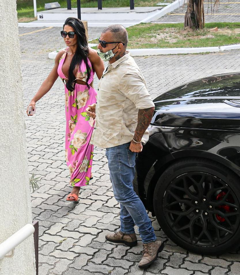 Gracyanne Barbosa chega na polícia após prisão de Belo