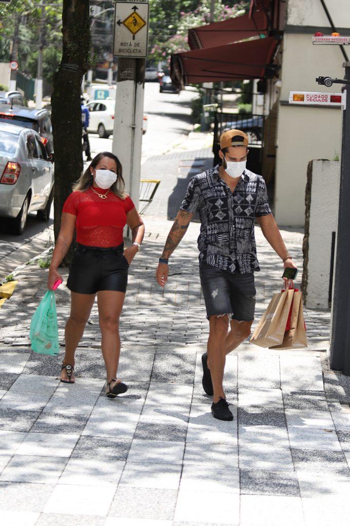 Arcrebiano do BBB 21 passeia por São Paulo ao lado da mãe