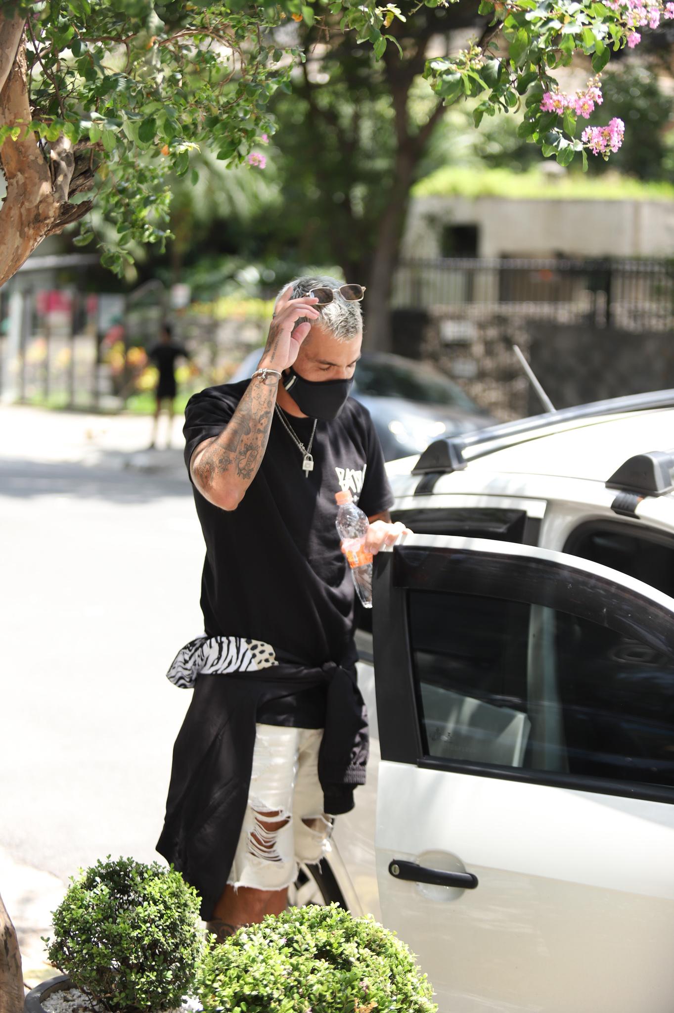 Affair de Anitta, Lipe Ribeiro, é flagrado saindo de flat em São Paulo