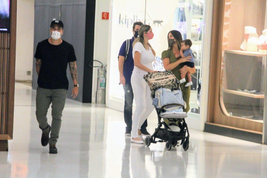 Momento raro! Giovanna Ewbank e Bruno Gagliasso passeiam com caçula Zyan