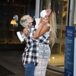 Eliminada do BBB, Kerline é recebida pela mãe em hotel no Rio de Janeiro