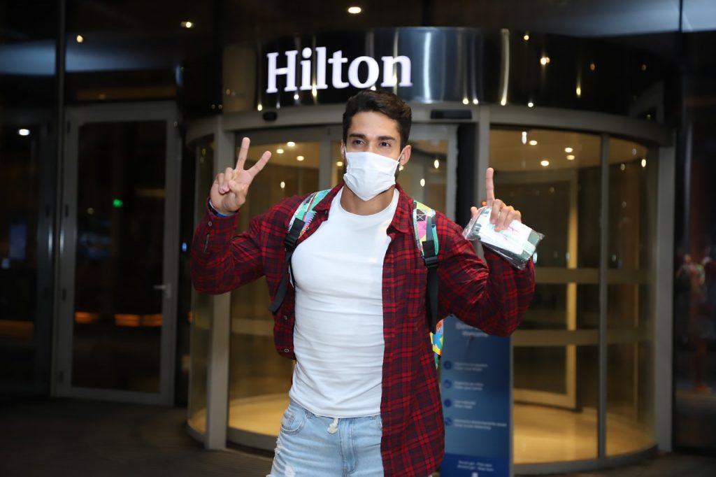 Arcrebiano é recebido por fãs em hotel no Rio após eliminação do BBB 21