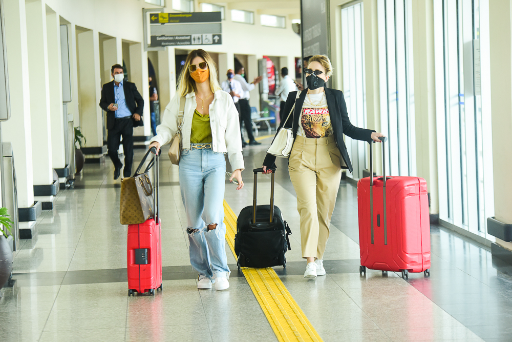 Noivas, Vitória Strada e Marcella Rica chegam juntas em São Paulo