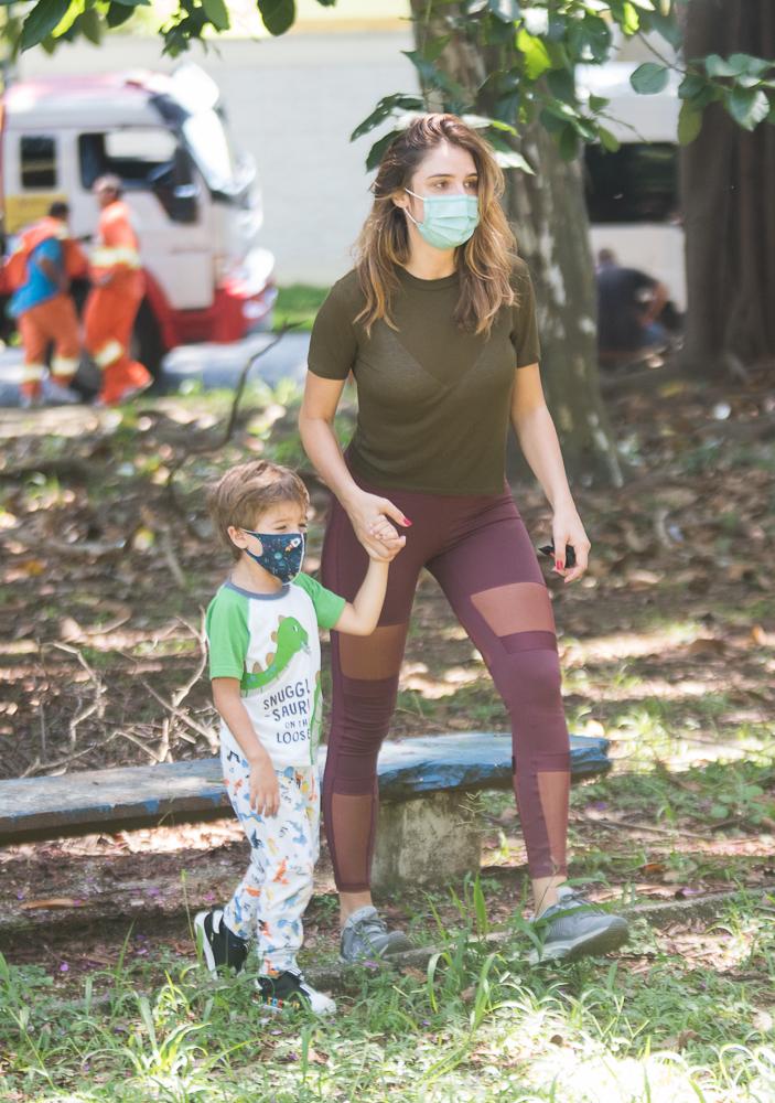 Rafa Brites esbanja fofura em passeio com o filho, Rocco