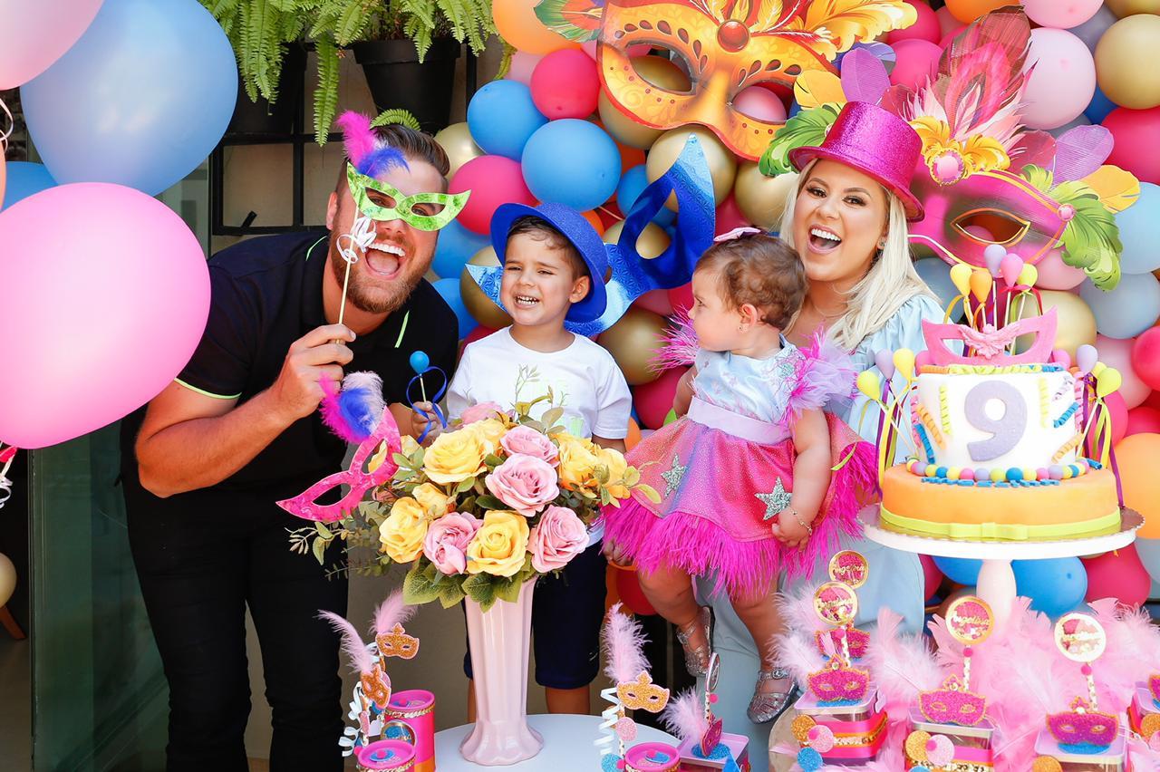Zé Neto e Natália Toscano celebram os 9 meses da caçula com festa carnavalesca
