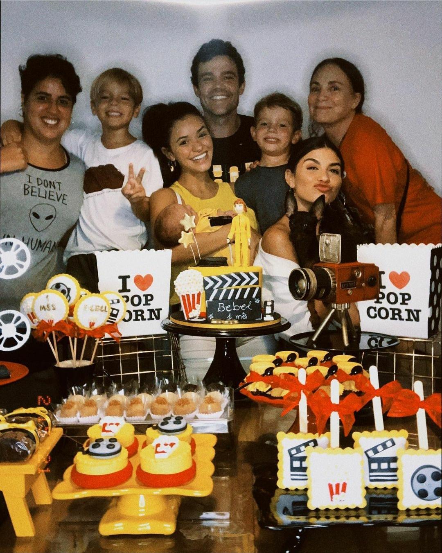 Talita Younan comemora um mês da filha ao lado da sogra, Regina Duarte
