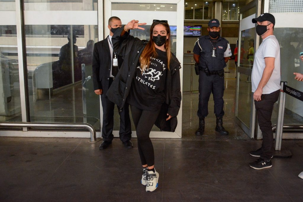 Anitta esbanja simpatia ao chegar no Brasil