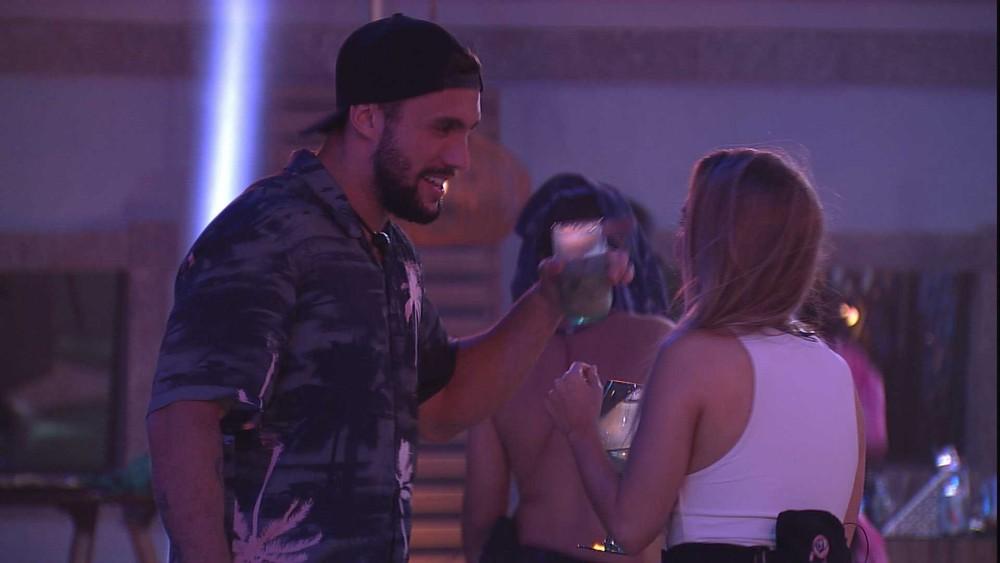 BBB21: Carla Diaz e Arthur se beijam na festa. Veja!