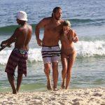 Ex-BBB Diego Alemão curte praia com a namorada no Rio