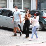 Ex-BBBs Eliéser e Kamilla passeiam com o filho e babá a tiracolo