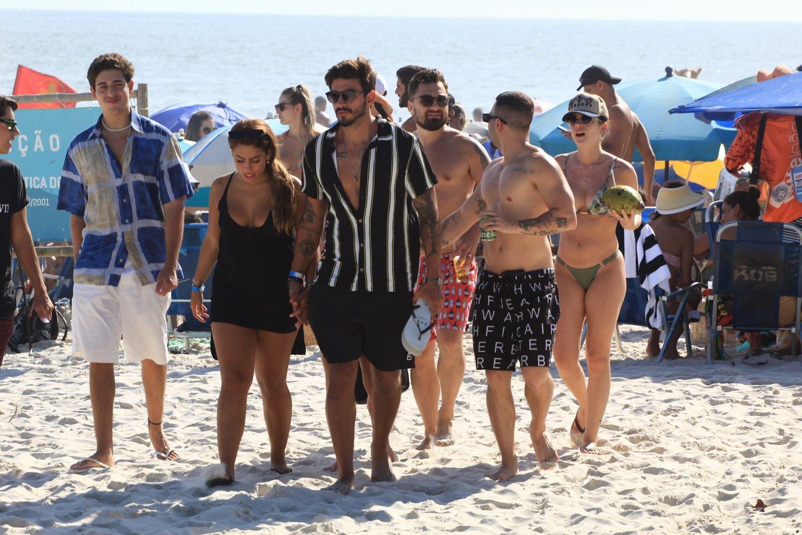 Gui Napolitano surge em aglomeração em praia carioca