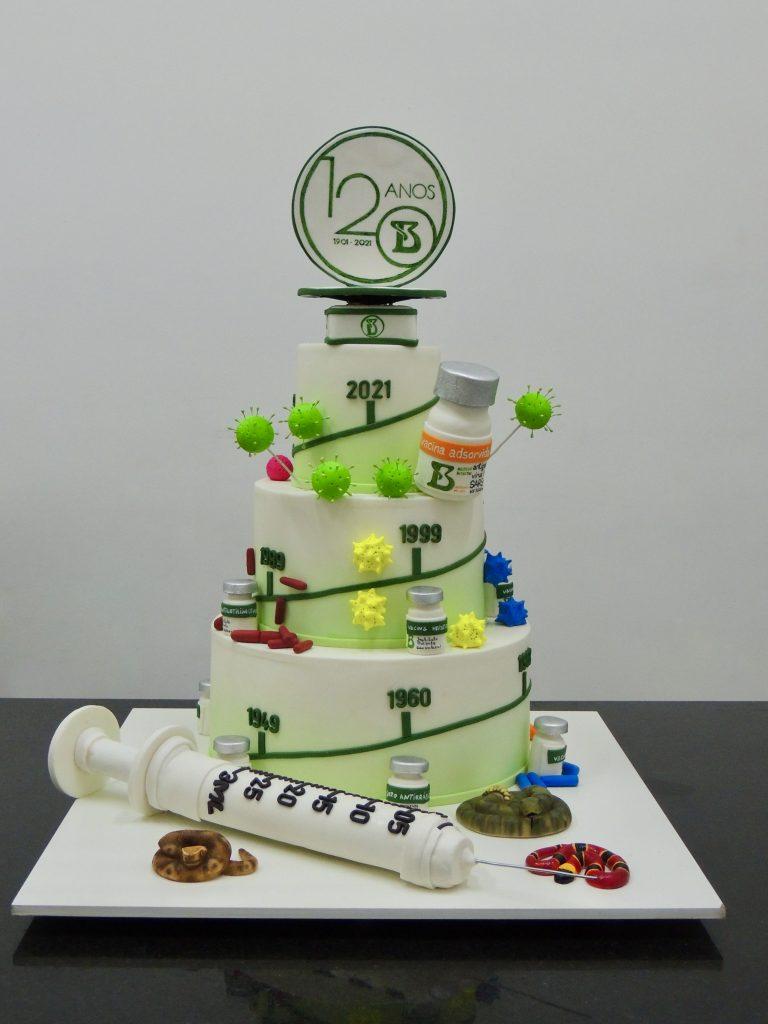 Buddy Valastro presenteia Instituto Butantan com bolo temático pelos 120 anos