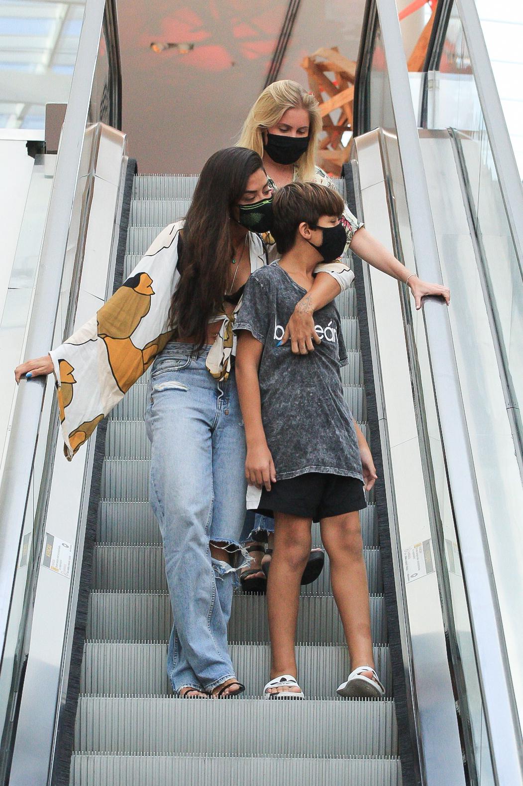 Aline Riscado é só carinho com o filho em shopping