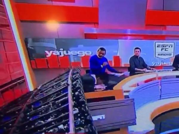 Cenário cai em cima de jornalista durante programa ao vivo. Veja!