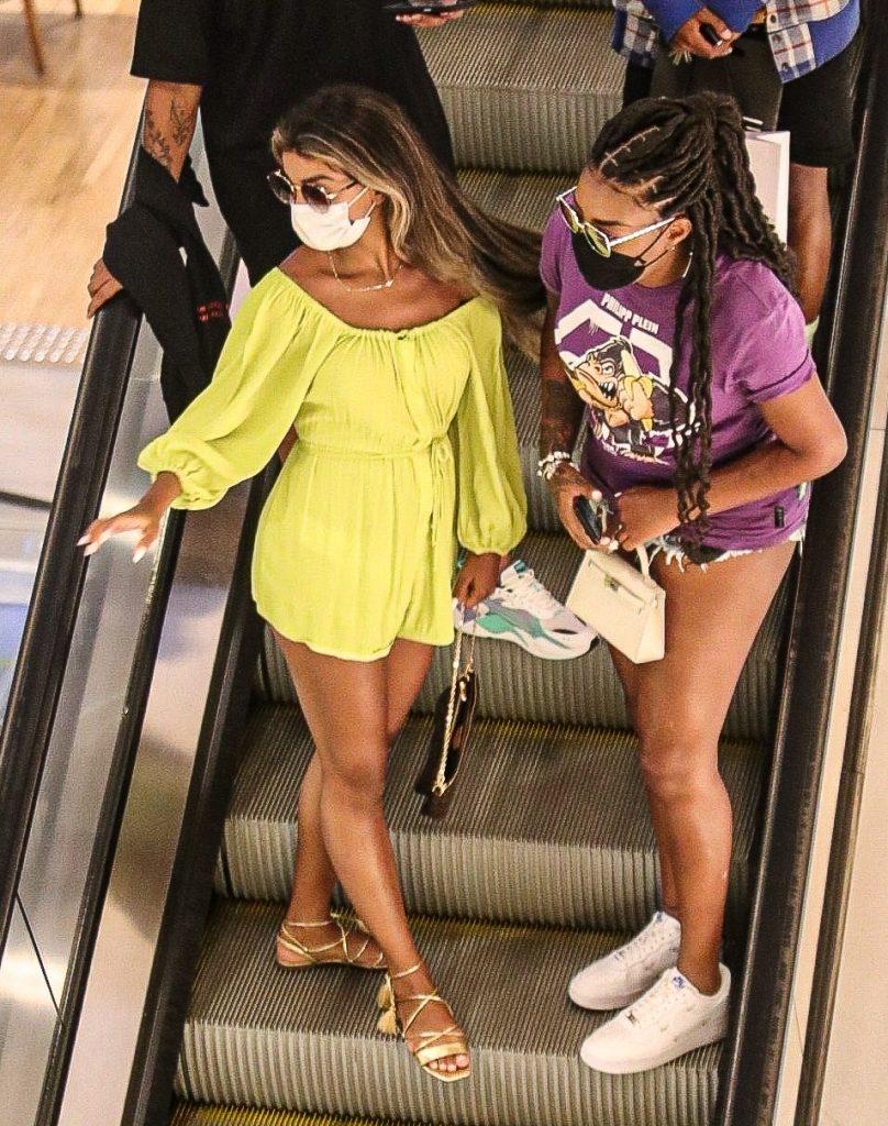 Ludmilla passeia de mãos dadas com a esposa, Brunna Gonçalves