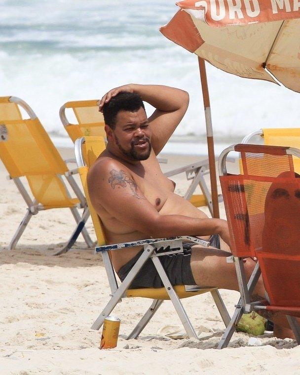 Babu de sunga preta sentado em cadeira de praia no Rio de Janeiro