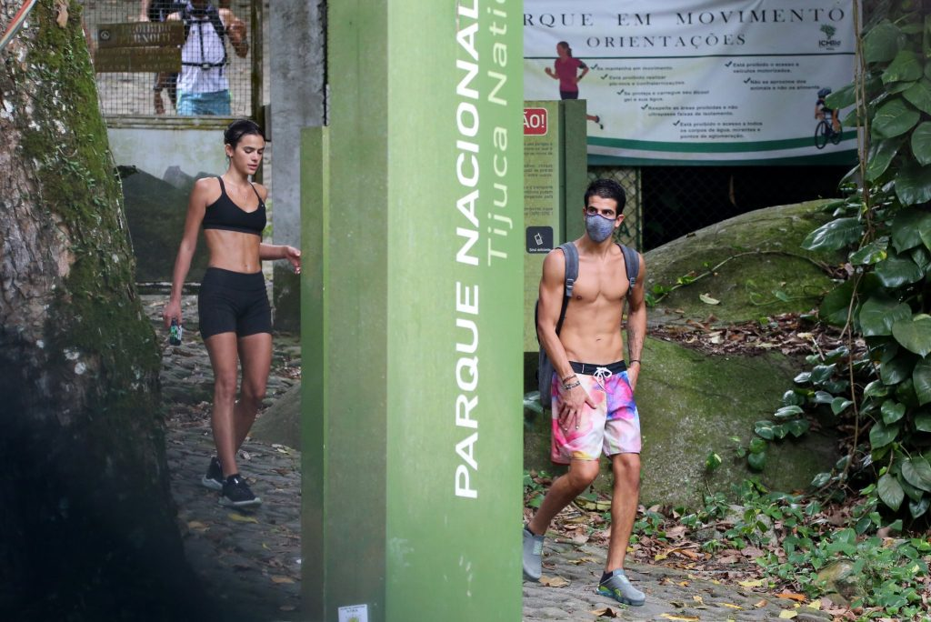 Bruna Marquezine e Enzo Celulari são flagrados juntos em trilha