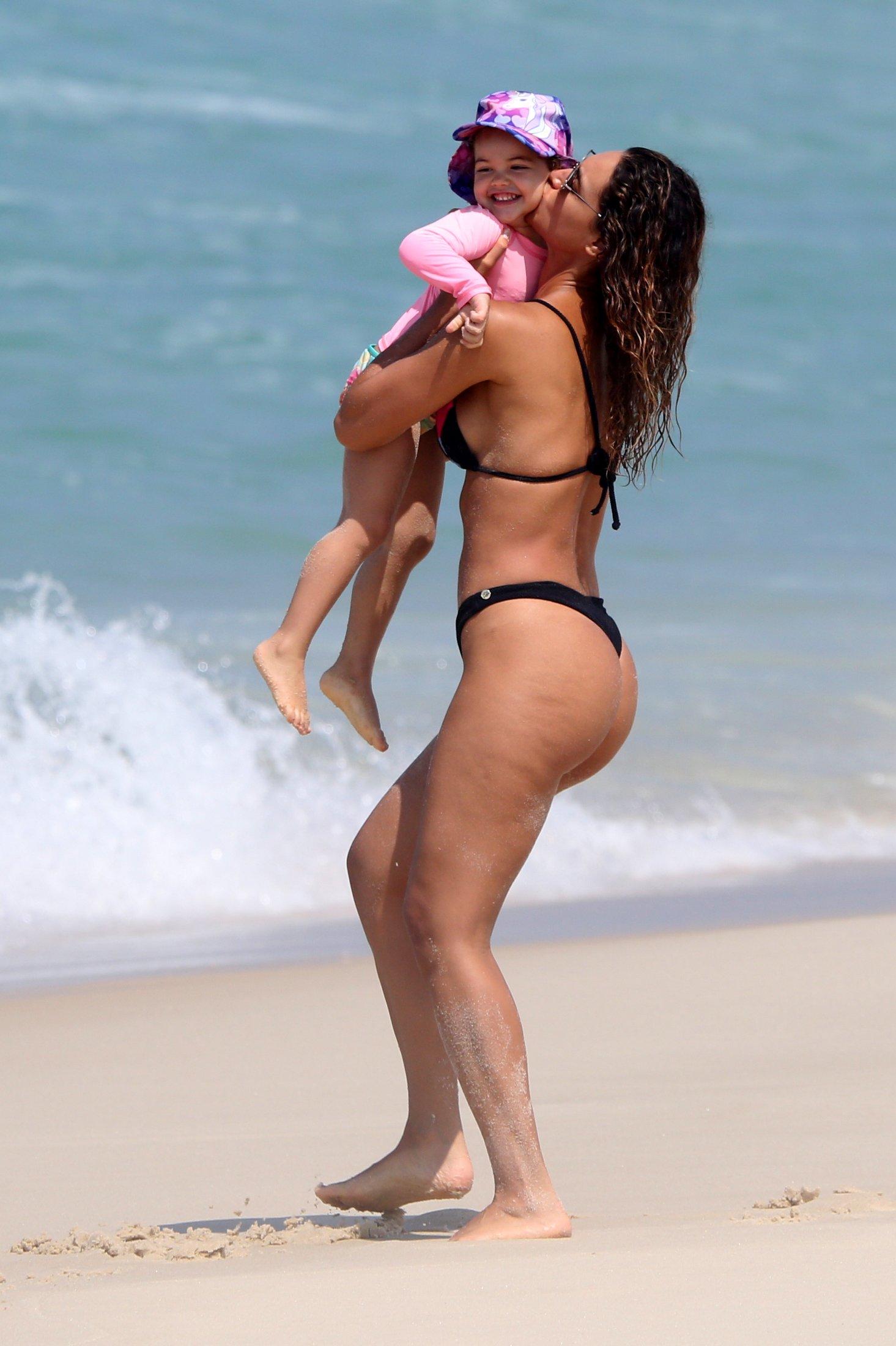 Fofura! Débora Nascimento curte dia na praia com a filha