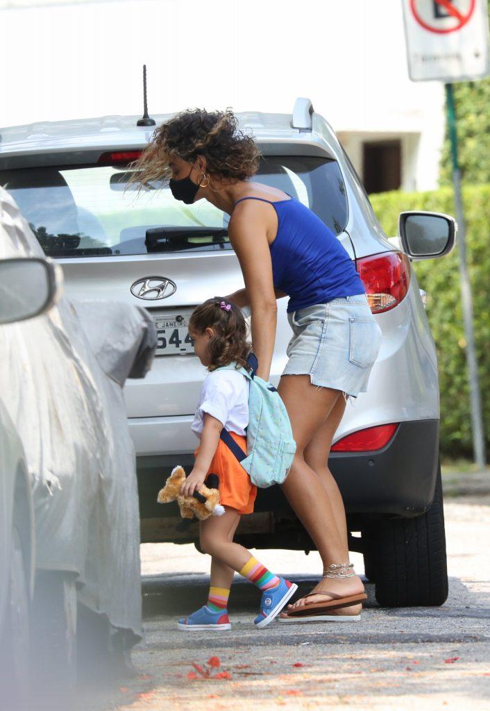 Momento fofo! Débora Nascimento leva a filha na escola