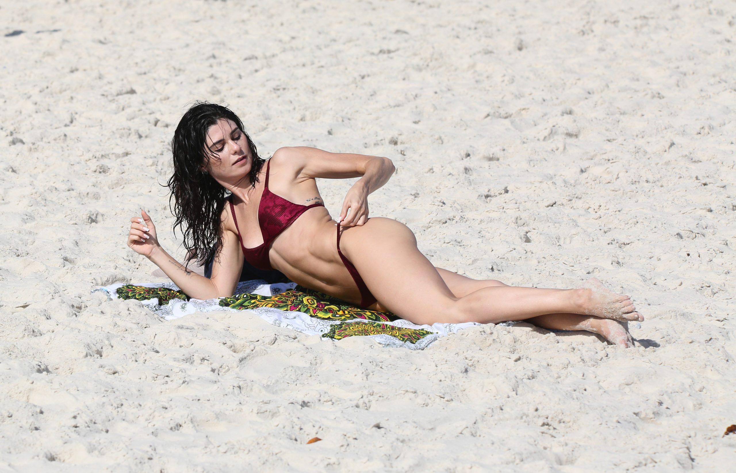 Julianne Trevisol impressiona com barriga chapada em tarde de praia