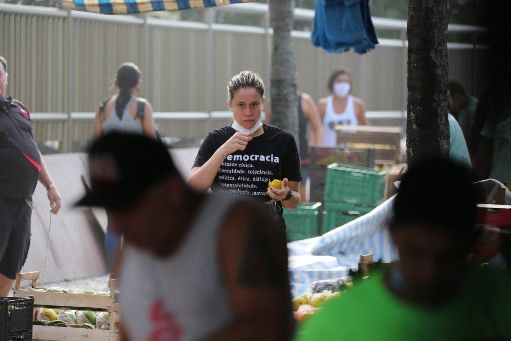 Fernanda Gentil pega pesado em treino funcional em praia