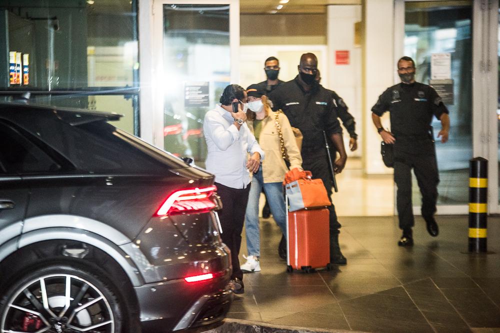 Marina Ruy Barbosa desembarca em São Paulo com forte esquema de segurança