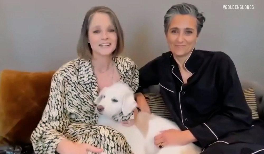 Momento raro! Jodie Foster beija esposa no Globo de Ouro 2021