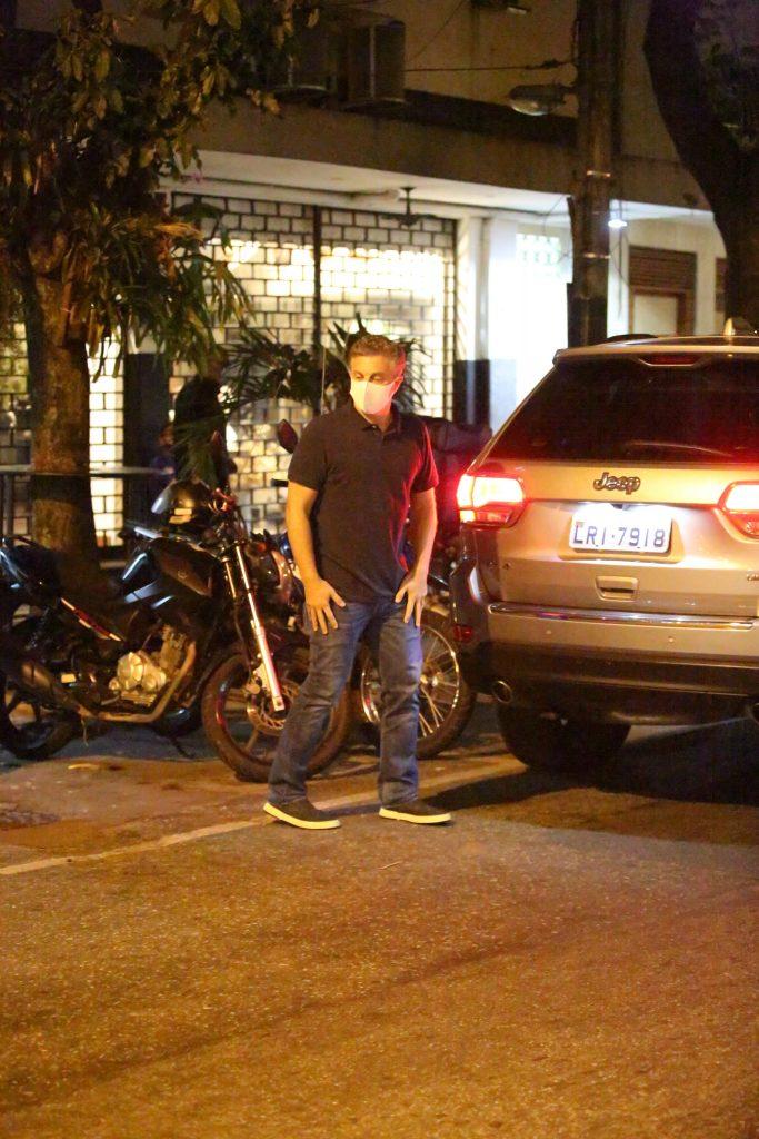 Paparazzo flagra Luciano Huck em jantar com amigos no Rio