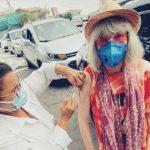 Aos 73 anos, Rita Lee recebe a vacina contra o Covid-19