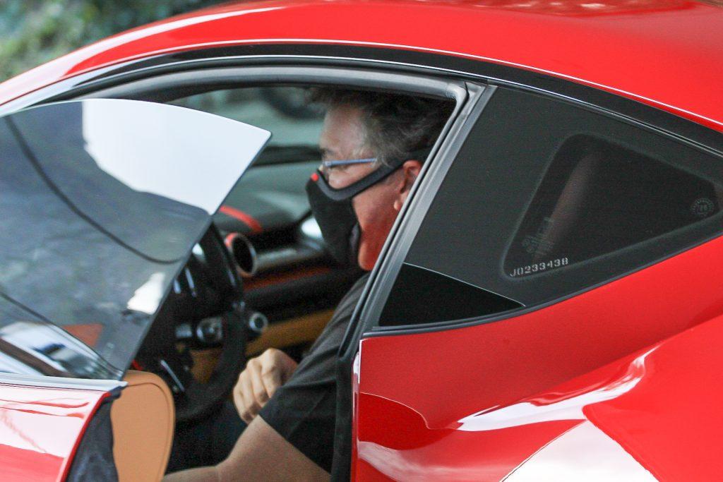 Boninho abastece Ferrari avaliada em R$4 milhões