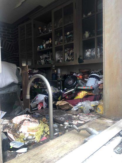 Corpo de vencedora do Emmy é encontrado em meio a lixo em sua cozinha