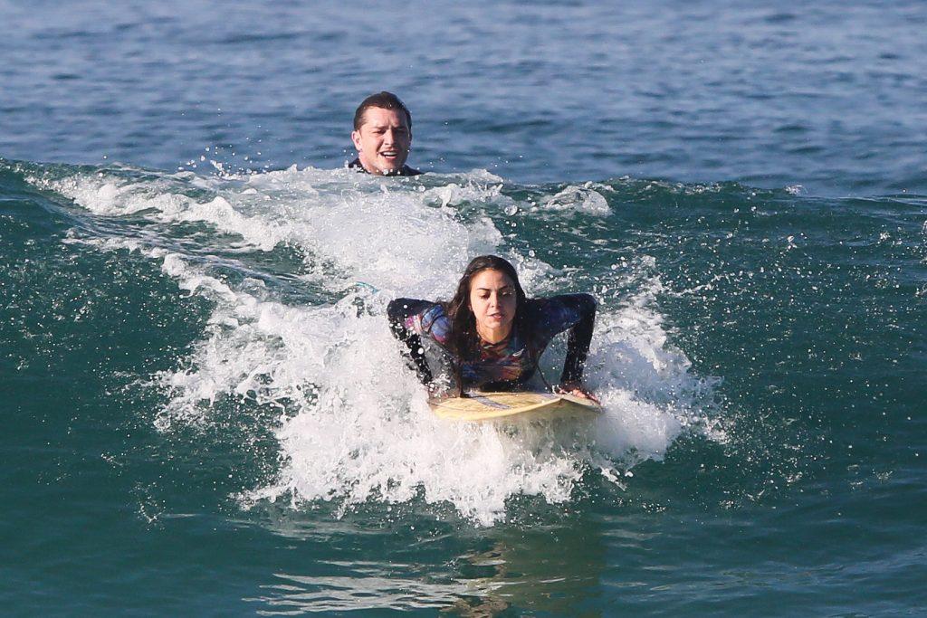 Klebber Toledo surfa ao lado da cunhada no Rio