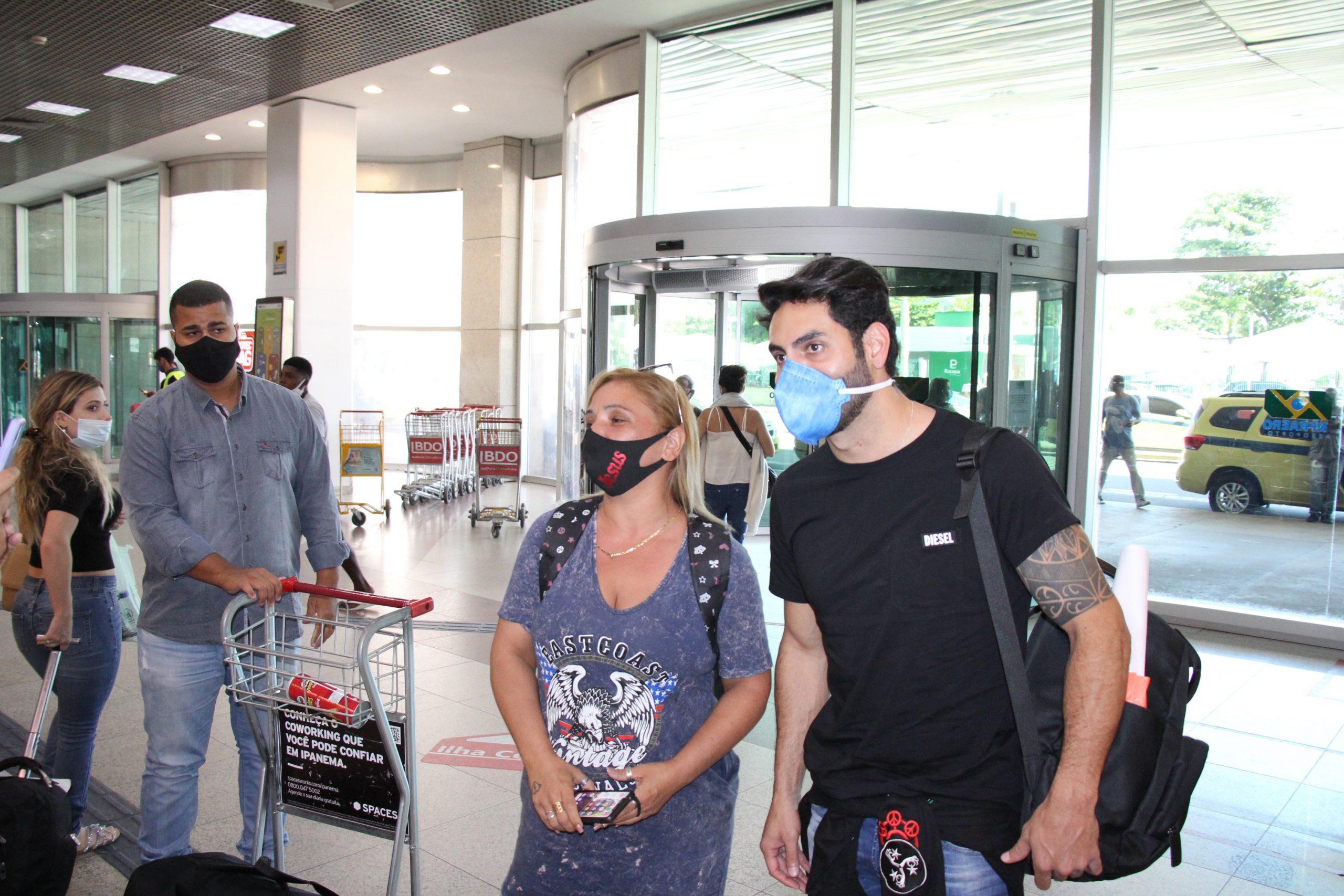 Após BBB, Rodolffo é tietado em aeroporto