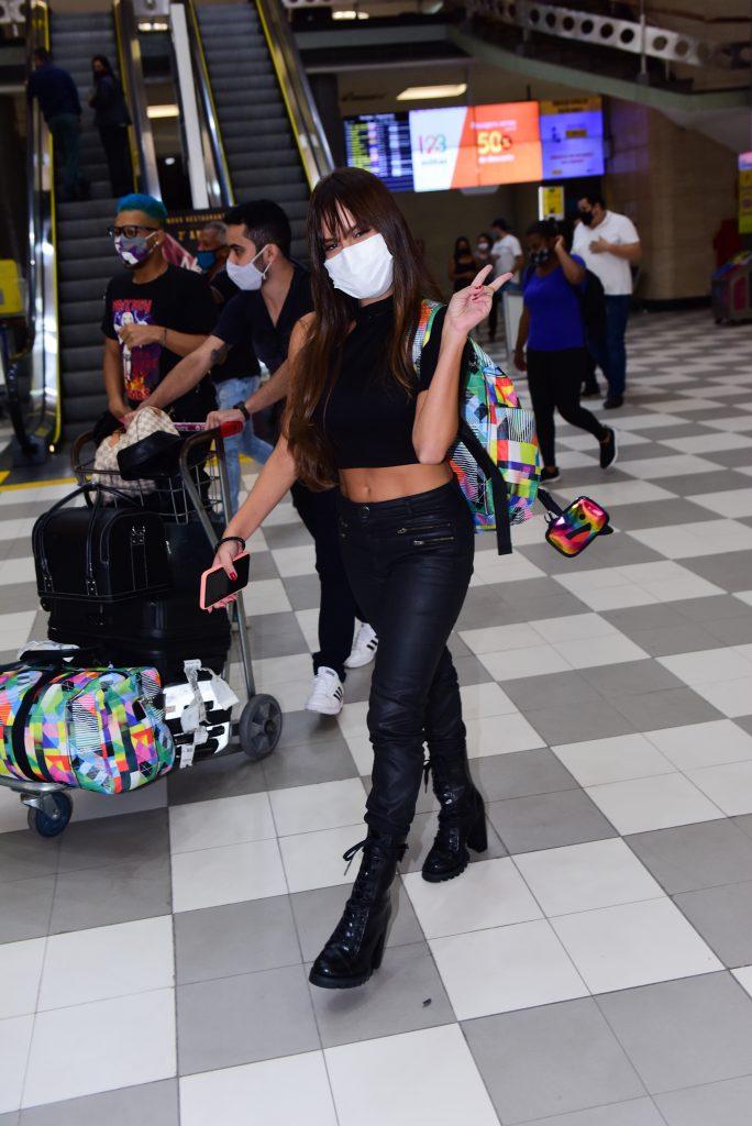 Ex-BBB Thaís chega a São Paulo para gravar o Domingão