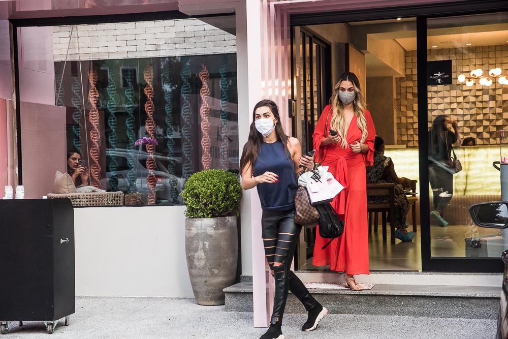 Ex BBB Sarah passa por procedimento estético em São Paulo