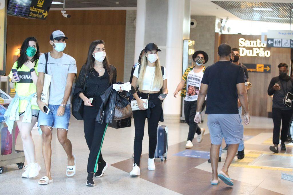 Sarah Andrade, eliminada do BBB 21, atende fãs em aeroporto
